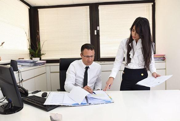 """עו""""ד תעבורה ארז רופא במשרדו עם העובדת"""