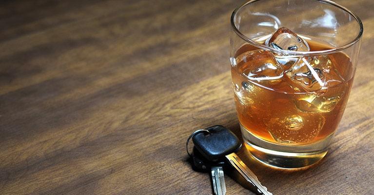 כוס אלכוהול ומפתחות בגין עבירת נהיגה בשכרות