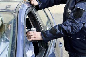 שוטר מבצע בדיקת ינשוף לנאשם נהיגה בשכרות