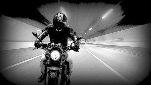 רוכב אופנוע בעבירת נהיגה בלי רישיון