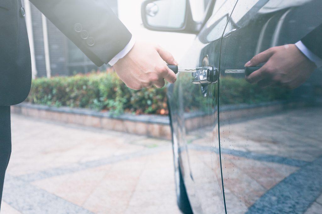 התליית רישיון נהיגה - תמונה של איש פותח רכב