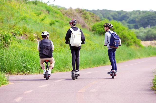 חוק אופניים חשמליים ל 3 ילדים על קורקינט חשמלי