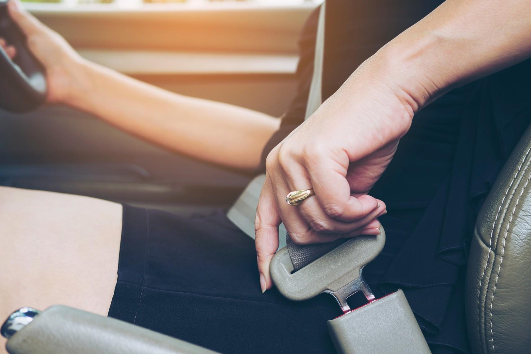 אישה ברכב בזמן נהיגה ללא חגורת בטיחות