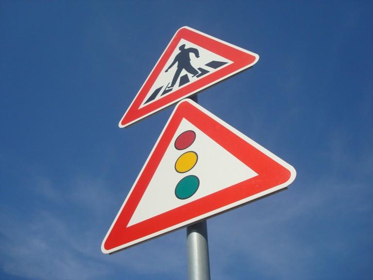 אי ציות לתמרור עצור ו/או תן זכות קדימה - תמונה של תמרורי תעבורה