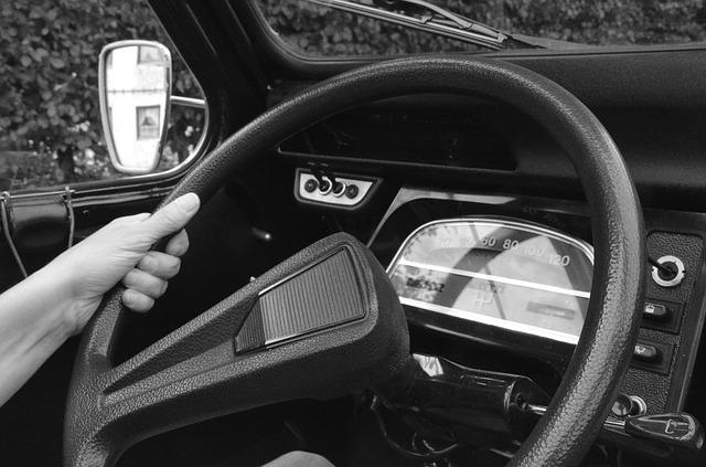 מה העונש על החזקת הגה ביד אחת?